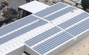 Placas solares sobre cubierta de nave