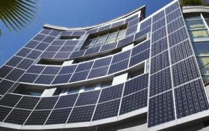 Placas solares sobre fachada