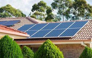 Placas solares sobre el techo