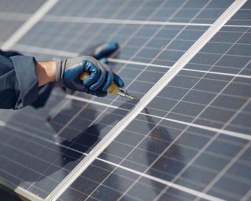 trabajador-paneles-solares